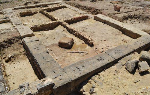 vue générale du premier état d'occupation à l'intérieur de l'édifice en grand appareil (Ier s. ap. J.-C.) (cl. G. Duperron)